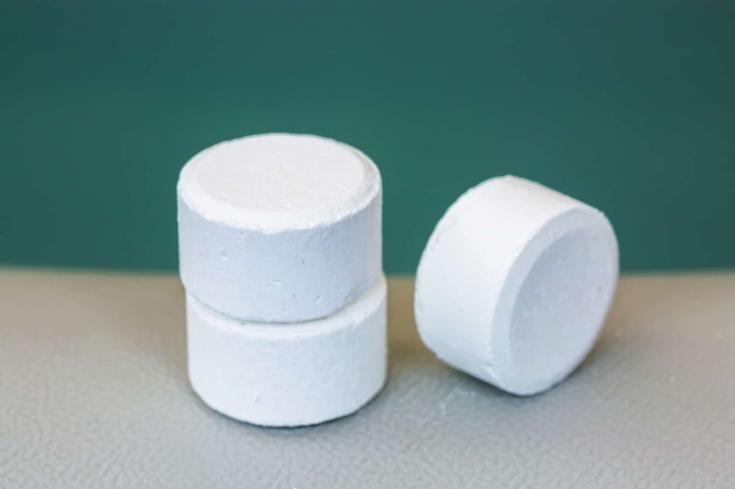 tableta de cloro o bromuro para el mantenimiento de la calidad del agua del jacuzzi o spa