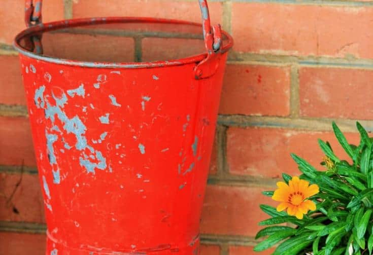 agua en un balde naranja