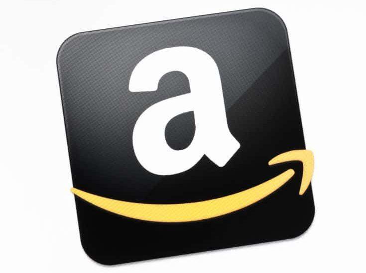 Kiev, Ucrania - 15 de diciembre de 2011 - El signo de Amazon.com en una pantalla de monitor.  Amazon.com es la tienda de Internet de comercio electrónico más grande del mundo estadounidense, fundada por Jeff Bezos en 1994.